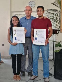 Estudiants universitaris becats d'ACOES amb el pare Patrici